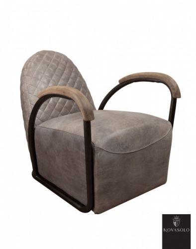 """Råtøff og behagelig Old Amsterdam lenestol med historisk preg! Dette er en stol av høy kvalitet litt utenom det vanlige!    Stolen er produsert av """"vintage skinn"""", har rammeverk i pulverlakkert jern og armlener i tre - en perfekt kombinasjon!   Stolen har en karakterisk """"smokey grey"""" farge. Dette innebærer at det underliggende skinnet er farget brunt og at det deretter er påført en grå avsluttende patina. Vi gjør oppmerksomme på at fargevariasjoner vil forekomme fra stol til stol."""