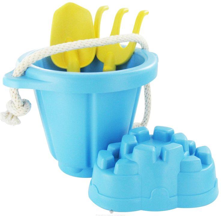 Zandspeelset blauw (4-delig)  Bouw een kasteel of begraaf een schat. Het maakt niet uit hoe ambitieus het project is want 's werelds meest eco-groovy zand speelset laat altijd een lichte voetafdruk achter. Zoals alle Green Toys ™ producten, is onze Zandspeelset gemaakt van geavanceerde milieuvriendelijke materialen, waardoor gebruik van fossiele brandstoffen en de C02-uitstoot terug gedrongen wordt, alles in de naam van Goede Green Fun ™ !
