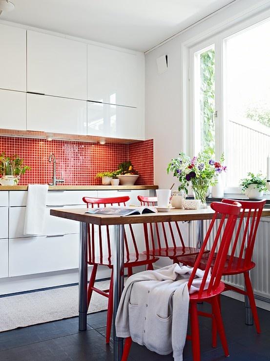 pastilhinhas vermelhas na cozinha, com moveis brancos e de madeira