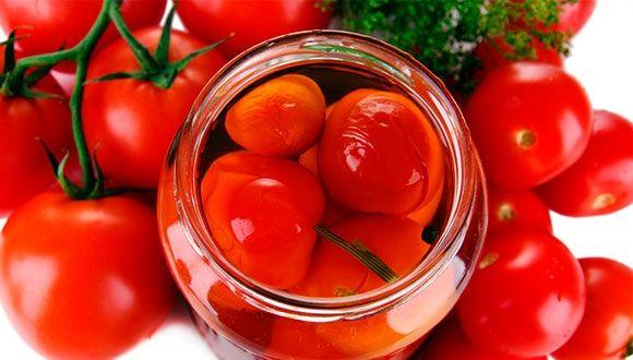 10 полезных свойств маринованных помидоров. Маринованные помидоры — одно из самых распространенных домашних солений, которые многие хозяйки любят заготавливать на зиму. И это вполне оправданно. Ведь маринованные помидоры — вкусная и, что самое главное, полезная закуска. Так в чем еще заключается польза маринованных помидоров? Кому стоит включить их в свой рацион питания, а кому не рекомендуется их употреблять? http://www.spelo-zrelo.ru/poleznoe/svoistva/polza-i-vred-marinovannyh-pomidorov/