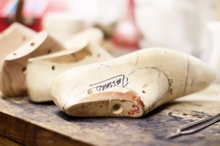 L'histoire des Métiers d'Art de Chanel: Massaro, bottier http://www.vogue.fr/mode/news-mode/diaporama/l-histoire-des-metiers-d-art-de-chanel/16520/image/885885#!massaro-bottier