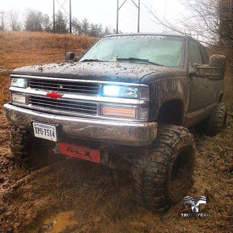 """Chevy Silverado K1500 1996, pneus Bogger 38.5x15x15LT, com 9"""" polegadas de elevação.  Bruta clássica nosso amigo Trucker Josh Unland @chevyboy_josh69"""