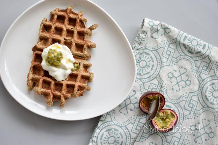 Havermout-banaan wafels met skyr en passievrucht // gezond glutenvrij ontbijt met veel eiwitten!