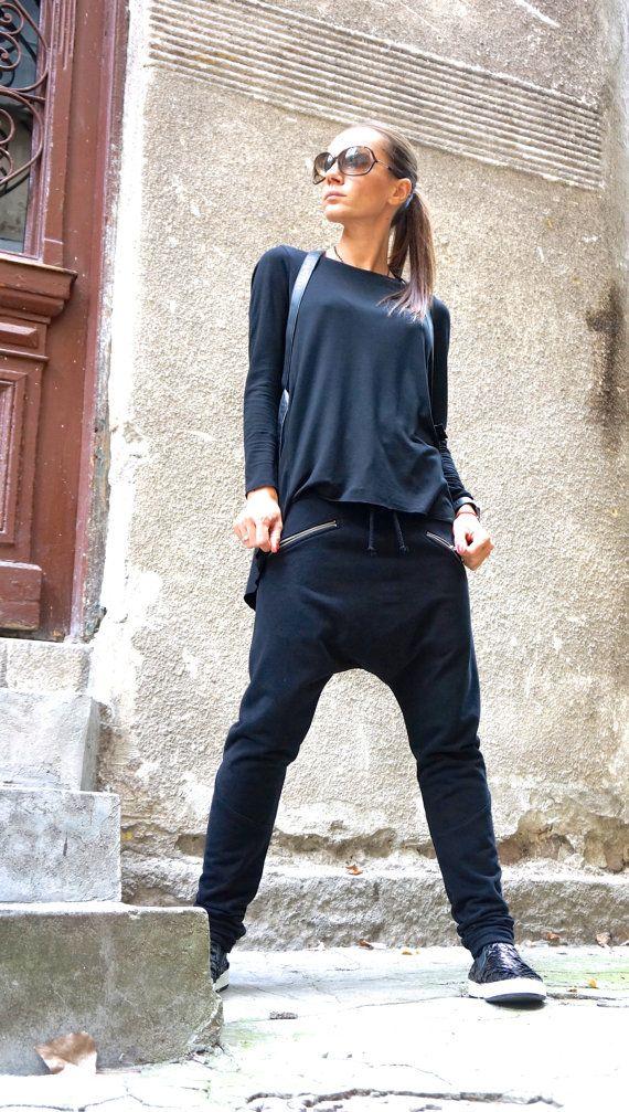Dieses wunderschöne komfortable schwarz lose Drop Crotch Hosen werden Ihre Must have Kleidungsstück für die neue Saison... Reißverschluss-Seitentaschen, gerippte Leggings Teil... So Zeit bequem und einfach zu tragen zur gleichen einen Hauch von Eleganz und Stil... Tragen Sie ihn mit extravaganten Tunika, Turnschuhe, Lieblings-Tee oder Top, oder Hoodie oder Pullover... oder was sonst Sie im Auge haben werden immer einfach perfekt...  Verschiedene Größen verfügbar XS, S, M, L, XL, XXL  Stoff…