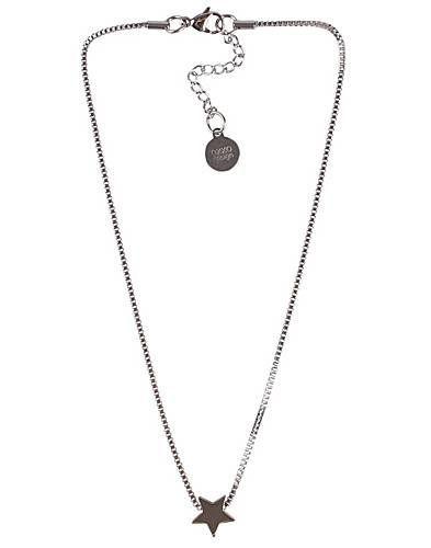 - Kort halsband i rostfritt stål från OXXO. Silverfärgad berlock i form av stjärna. Försluts med justerbar karbinhake. Längd 21 cm. Mätt längst in.