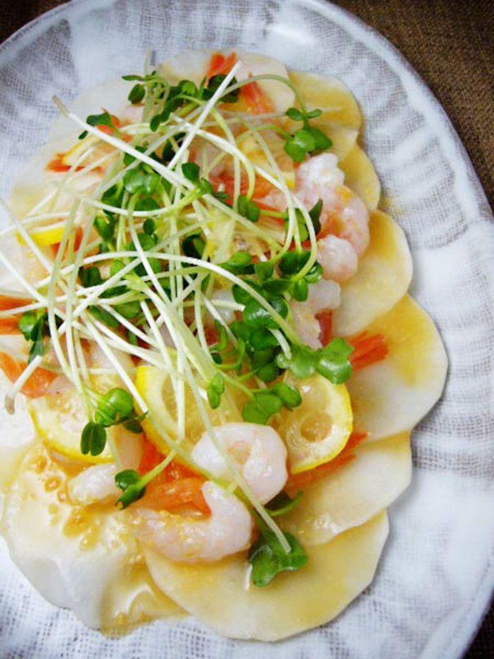 寒くなるにつれておいしくなるかぶを、サラダで存分に楽しむ。甘みとやわらかさが増す旬のかぶは、加熱せず塩もみだけしてシンプルにいただくのもまた美味。柚子の香りと酸味を加えれば、いっそう風味豊かに。 『ELLE a table』はおしゃれで簡単なレシピが満載!