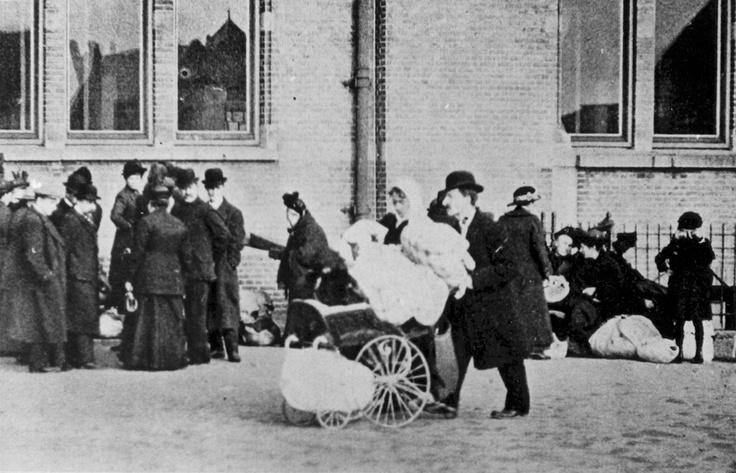Roosendaal: Belgische vluchteling rijdt bagage in een kinderwagen langs het station, 1914. Belgian Refugee with luggage in a perambulator, just passing the station, 1914.