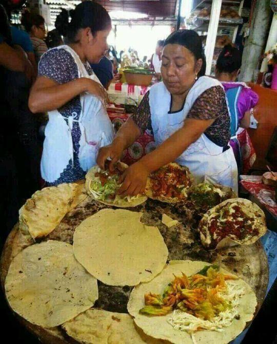 Tlayudas en un mercado de Oaxaca, México.