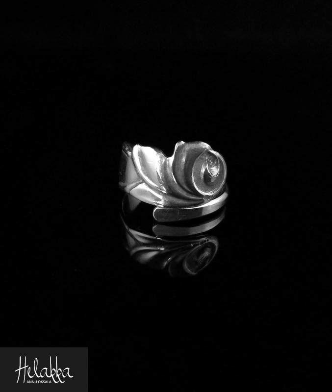 """Ruusu-aiheinen hopeasormus vanhasta hopealusikasta  Sormuksen halkaisija n. 18 mm Sormus jätetty """"auki"""" voi hieman säätää Materiaali 813 hopeaa"""