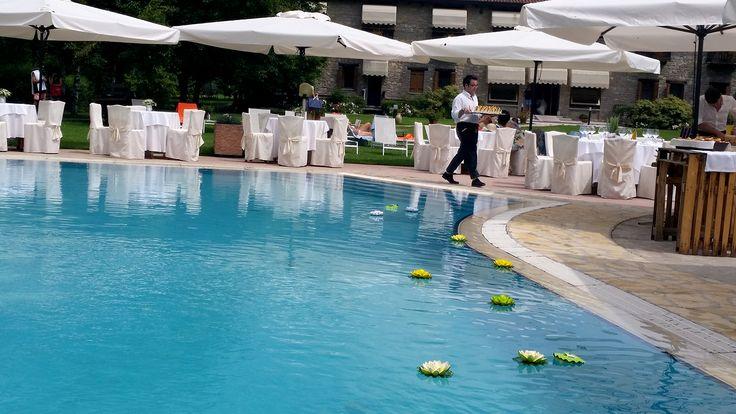 allestimenti in corso per il ricevimento di #nozze a bordo piscina. Iniziano ad apparire anche le prime #ninfee #galleggianti #ornamentali