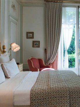 VIJF TIPS VOOR EEN HOTEL-WAARDIGE SLAAPKAMERFrisse witte lakens op een kingsize…
