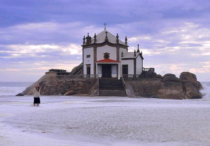 Repleta de lendas e famosa por ser local de práticas ligadas ao ocultismo, a Capela do Senhor da Pedra, em Gaia é uma preciosidade plantada à beira mar.