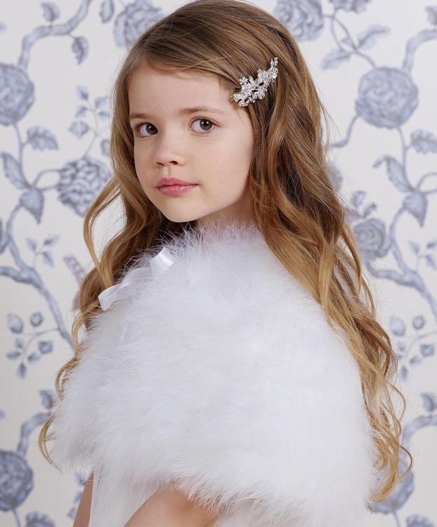 Een mooie cape van veren. In de kleur: off-white. Mooi voor een bruidsmeisje op een winter bruiloft of voor de communie, als het nog koud is. bruidskindermode.nl. Trouwen, bruiloft, huwelijk, bruidskinderen, bruidsmeisjes, bruidsmeisjesjurk, bruidsmeisjeskleding, kinderbruidskleding, kinderbruidsjurk, kinderbruidsmode, communiejurk.