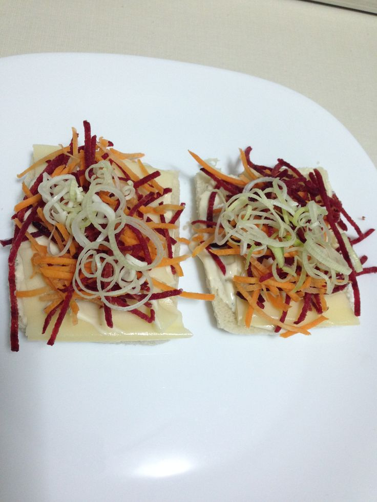 Sanduichinho leve: pão light, fatia de queijo estepe, beterraba, cenoura, alho poró e maionese Heinz com cebola caramelizada e alho.