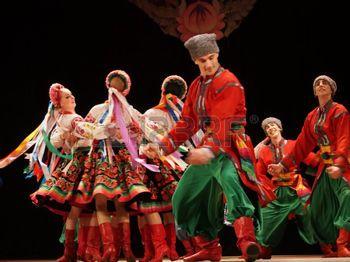 danse folklorique: UKRAINE, LUGANSK - 18 mars 2014: L'Ukrainien national de danse folklorique nommée d'après P. Virsky, qui est considéré comme le meilleur danseur de ballet folklorique dans le pays, a réalisé un spectacle sur scène à Lugansk