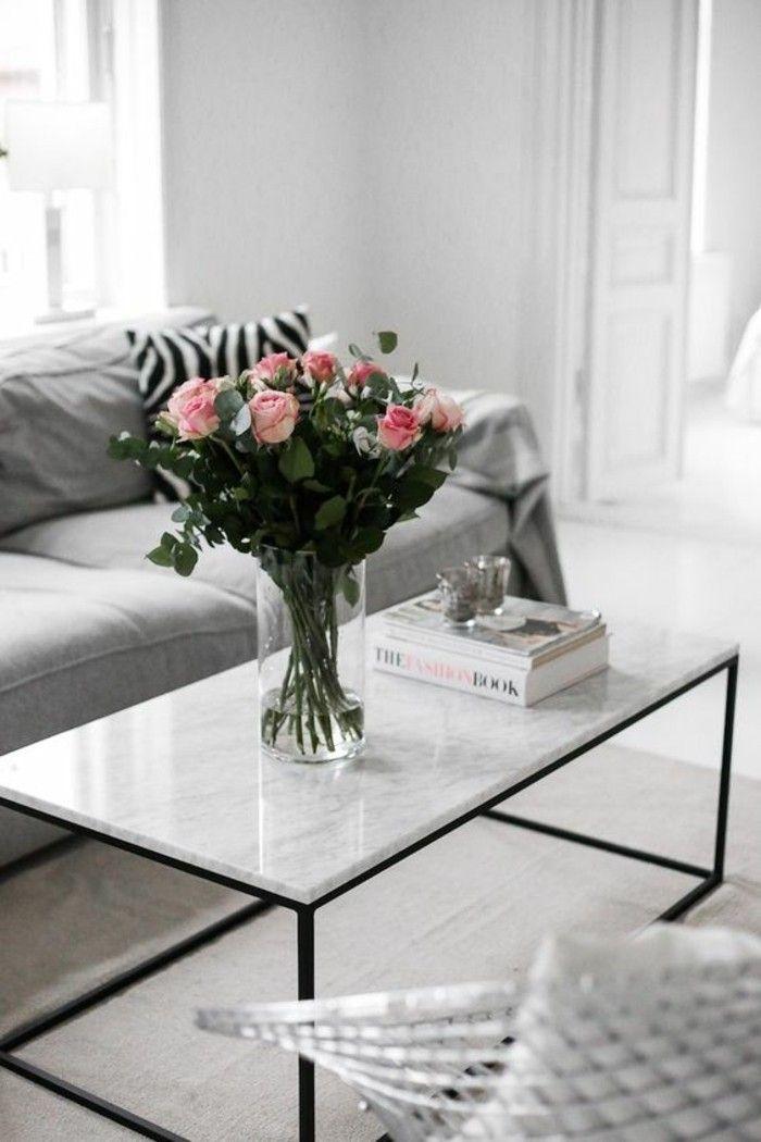 salon au design scandinave, simple table basse en marbre et pieds en acier noir