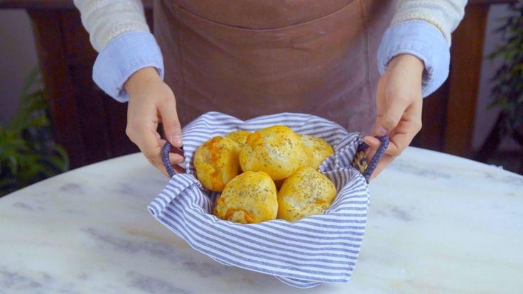 Receita Esses pãezinhos recheados com presunto e queijo são uma ótima opção de lanche da tarde! Ingredientes: 6g de fermento biológico seco, 1 colher de chá de azeite de oliva, ¾ de xícara de água, ½ colher de chá de açúcar, ¼ de xícara de leite, 250g de farinha, 1 pitada de sal, 100g de queijo muçarela fatiado, 100g de presunto fatiado, 1 ovo batido, 1 colher de sopa de orégano