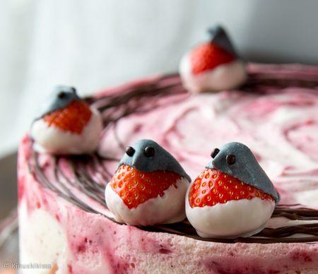 Punatulkut.  Tuoreista mansikoista tehdyt punatulkut sopivat koristamaan joulu- ja talviajan leivonnaisia. Valmista punatulkut mieluiten tarjoilupäivänä, jotta sokerimassa ei vetisty mansikan päällä.