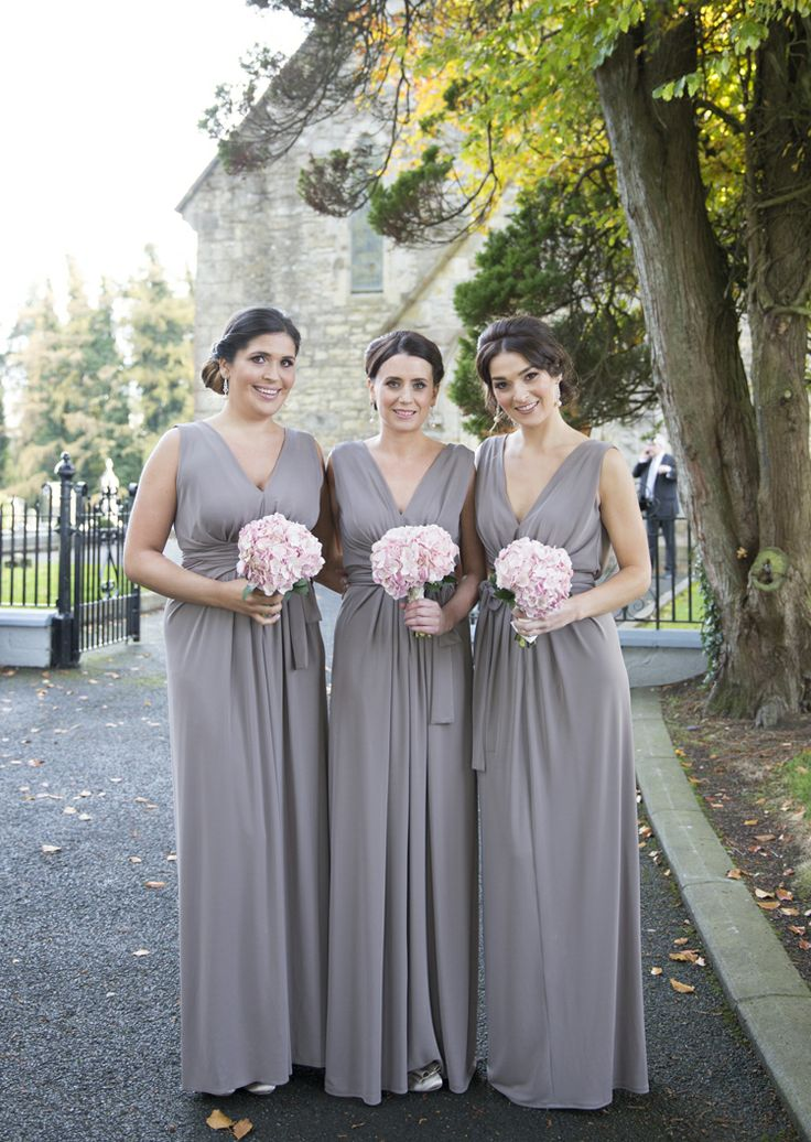 Softly styled taupe bridesmaids. Copyright: http://juliecummins.com/