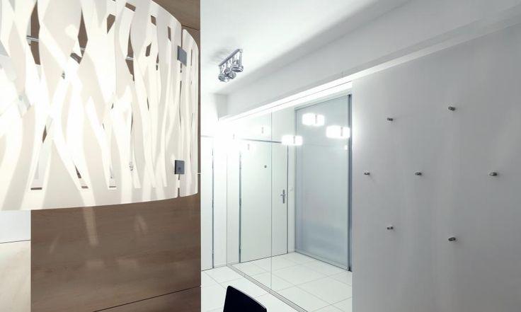 V predizbe dvojzibového bytu sme odstránili pôvodnú murovanú priečku medzi predizbou a kuchyňou, vďaka čomu sme mohli priestor chodby rozšíriť o hrúbku priečky. Šatník s posuvnými dverami oddeľuje vstupné priestory od kuchyne. Predizbu sme opticky rozšírili zrkadlami, biela dlažba na podlahe sa dobre udržuje a neuberá svetlo.