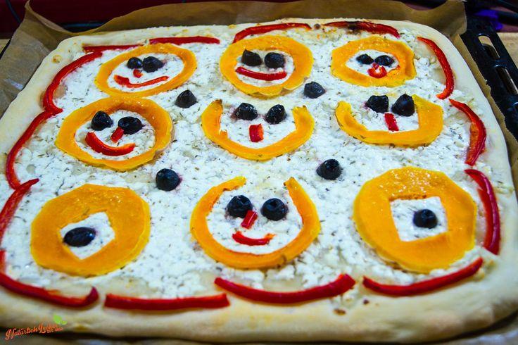 Natürlich schmeckt diese etwas andere Pizza auch den Erwachsenen, aber wenn Kinder bei der Gestaltung der Kürbisgesichter mithelfen, ist es umso toller. Das Rezept mit Video gibts auf meinem Blog.