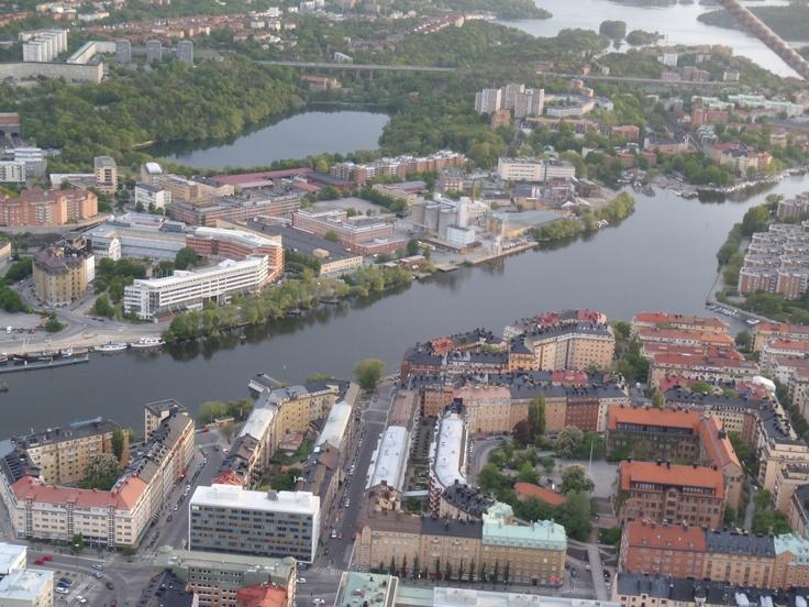 I mitten av bilden, mellan två vatten, ligger Stockholms Estetiska Gymnasium. I sjön Trekanten, i mitten av grönområdet, finns både regnbåge och kräftor.