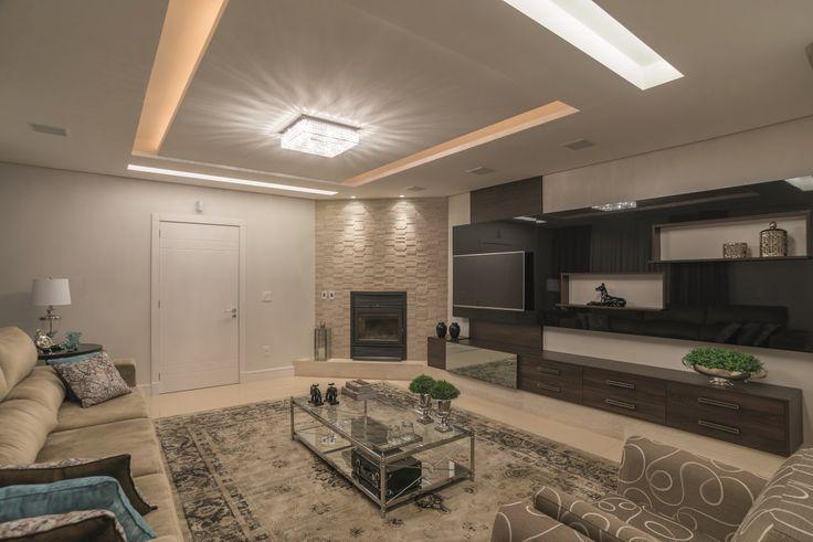 A arquiteta Deisy Rigotto idealizou o projeto de interiores desta casa para atender às necessidades da família: um espaço amplo e sofisticado para receber amigos sem abrir mão do conforto para o dia-a-dia da família com muito estilo.