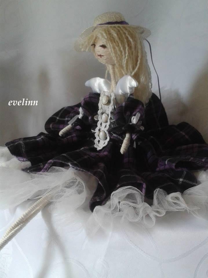 aniołek w barwach fioletu z kapeluszem i skrzydełkami z materiału na bazie szyszki