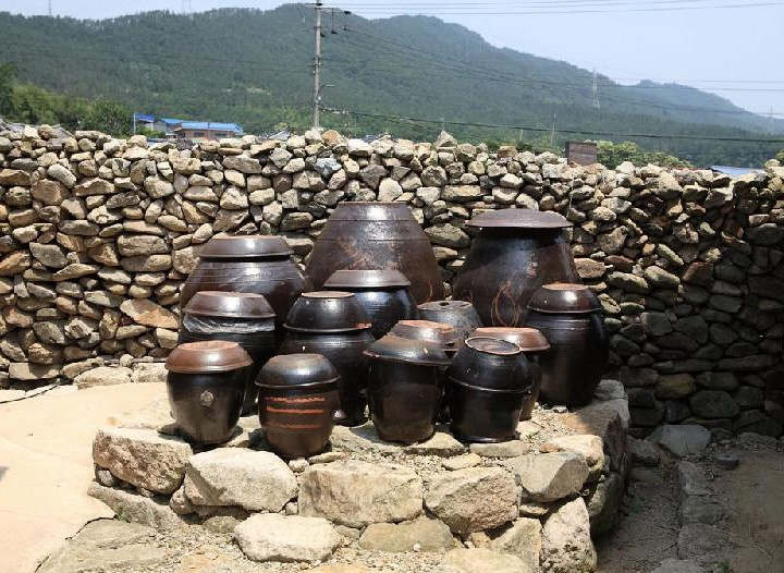 Jangdokdae (Korean: 장독대): Designed to reflect the surrounding nature, these pots were used to store and ferment Korean food, such as ganjang, gochujang, deonjang, and kimchi. Individual pots preserve their contents from spoiling and can keep kimchi fresh for a long time.