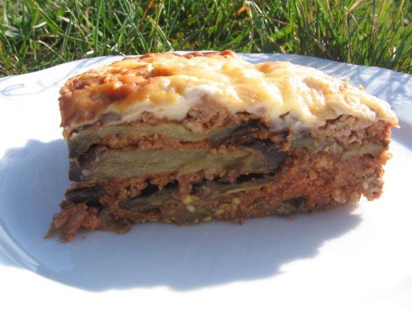 """Ce célèbre plat grec a fait plusieurs fois le tour du monde, dénaturé par-ci, revisité par-là...cette recette n'est peut-être pas la """"vraie"""" recette de la Moussaka, mais une chose est sûre: elle est excellente et simple à réaliser si vous faites comme..."""