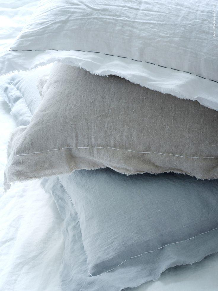 Av metervaran AINA har vi sytt kuddfodral i grått, beige och vitt. Tyget är av 100 procent lin och ger tyget en naturlig, oregelbunden yta.