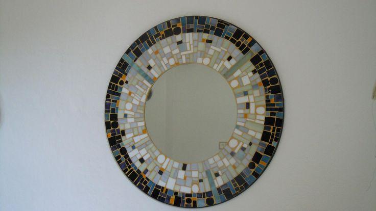 mozaikové zrcadlo Prodám velké, ručně vyrobené mozaikové zrcadlo o rozměru - průměr rámu 50cm, průměr zrcadla 26cm olemované rámem ( tiffany technika). Mozaika je z barevného, ručně řezaného, vitrážového skla Závěsný systém je součástí zrcadla
