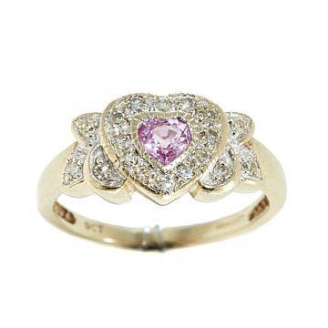 RING  Gull. 9 K. Fattet med en rosa safir. 24 8/8 diamanter 0,28 ct.  Totalvekt: 3,4 g.  Antatt kvalitet: Wesselton til Cape  STØRRELSE 52