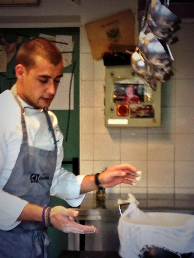 Manuel Costardi prepara la focaccia per la cena.