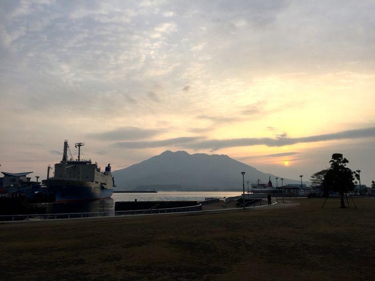 おはようございます(^o^)/ 今日の桜島です。 天気は曇り。 明日からまた冷え込むみたいですね〜。雪は勘弁して欲しい(^_^;) インフルエンザも流行っているようです。 インフルエンザに気をつけて、今日も1日、元気に頑張っていきましょう
