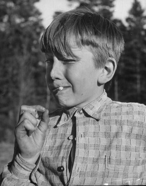 at children's village for troubled children, young boy smoking a cigarette | foto: mark kauffman