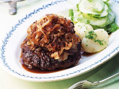 Klassisk svensk pannbiff enligt Leif Mannerströms recept. Serveras med potatis och pressgurka. Recept från boken Matglädje hela livet.