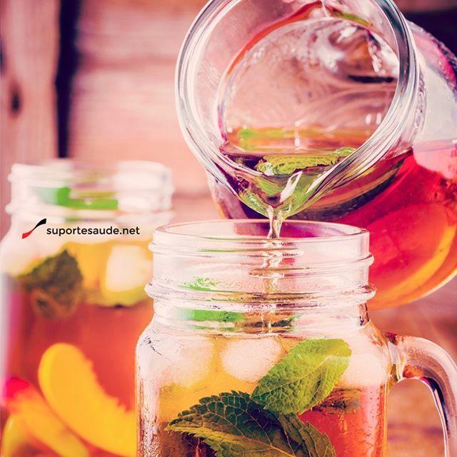 Chás refrescantes Sabe aquele chá quente? No calor ele não fica tão agradável quanto no frio, não é mesmo? Aqui estão algumas dicas de como tomar um chá e se sentir refrescante.  Chá gelado com hortelã, gengibre e limão  Os ingredientes são misturados com um chá de sua preferência. Espere o chá esfriar em temperatura ambiente para depois colocar na geladeira.  Chá refrescante  Ingredientes:  500 ml de água  Suco de um limão  2 saquinhos de chá de hortelã ou menta  2 saquinhos de chá de erva…