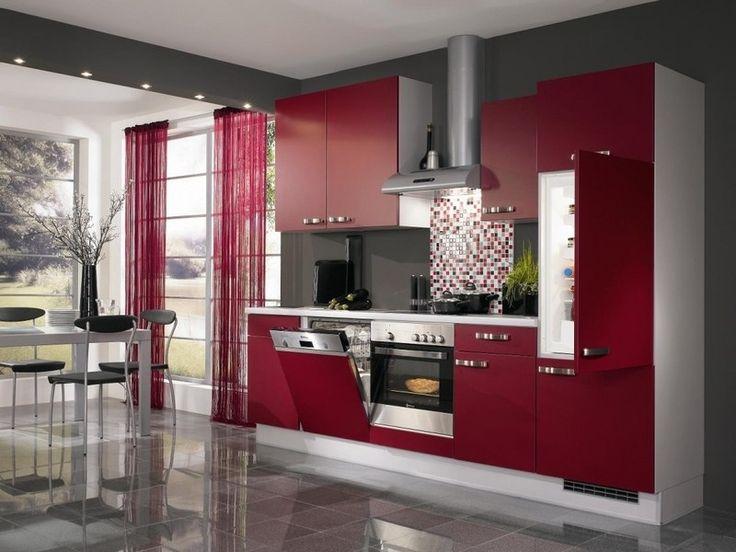 cuisine rouge et grise sombre équipée avec des placards rouges, crédence en mosaïque multicolore et une peinture murale grise