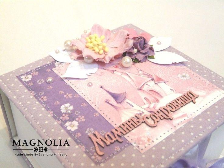 Мамины сокровища для девочки из замечательной коллекции бумаги Волшебная страна. Коробочка размером 13*13 см на 4 отделения. Внутри есть поле с данными о малышке