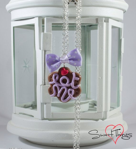 Eat me Necklace di SweetThingsFimo su Etsy, €15.00