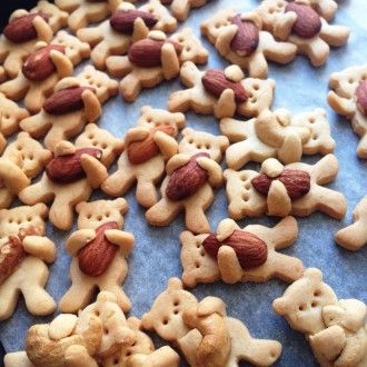 Tutorial to make bear-holding-nut cookies.