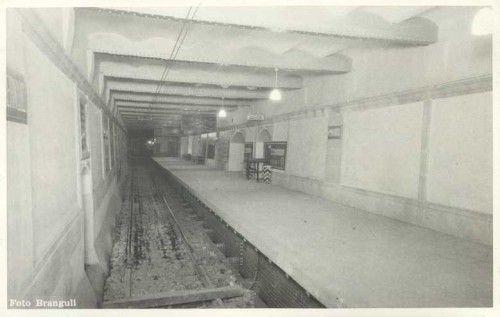 Estación Ferran del metro de Barcelona. Esta estación abrió en 1946 y se clausuró en 1968. Era la última estación de la antigua línea Gran Metro de Barcelona. Tenía una única vía y un único acceso por la Rambla con la calle Ferran.