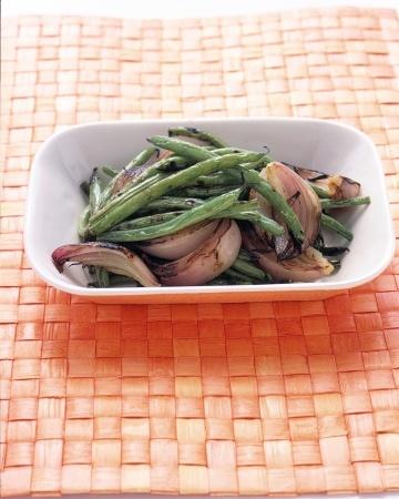 Gegrilde groene bonen en rode ui
