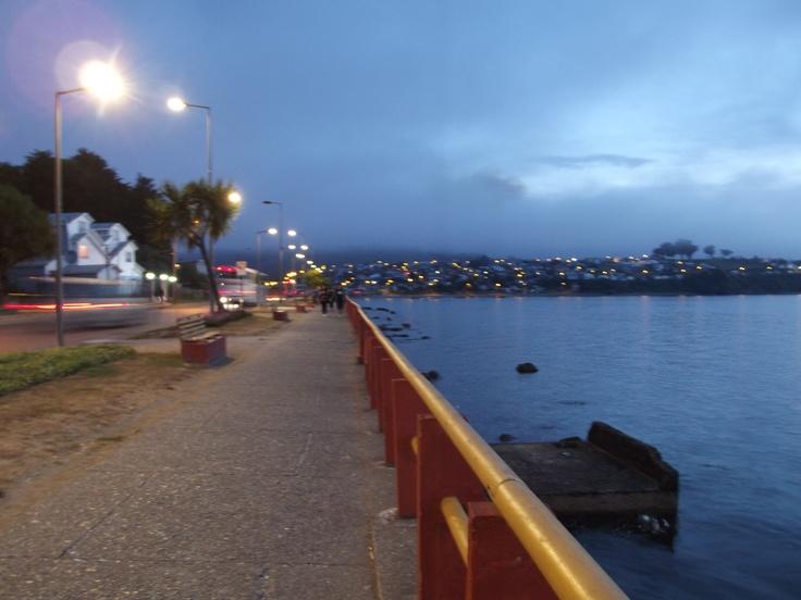 Cae la noche sobre la ciudad de Ancud.
