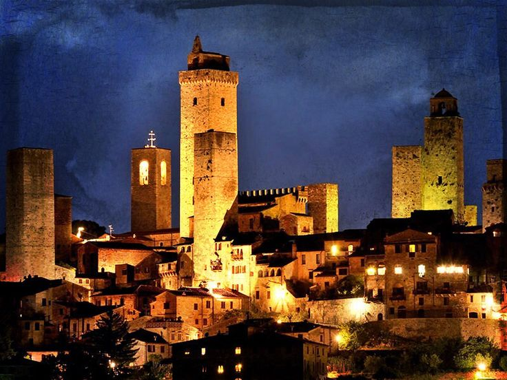 #SanGimignano #bynight.. Find out with us about the #beautiful #Italian #landscapes.. Do it while #tasting THE finest #OliveOil.. #love #Italy #tuscany   www.extravirginshop.com