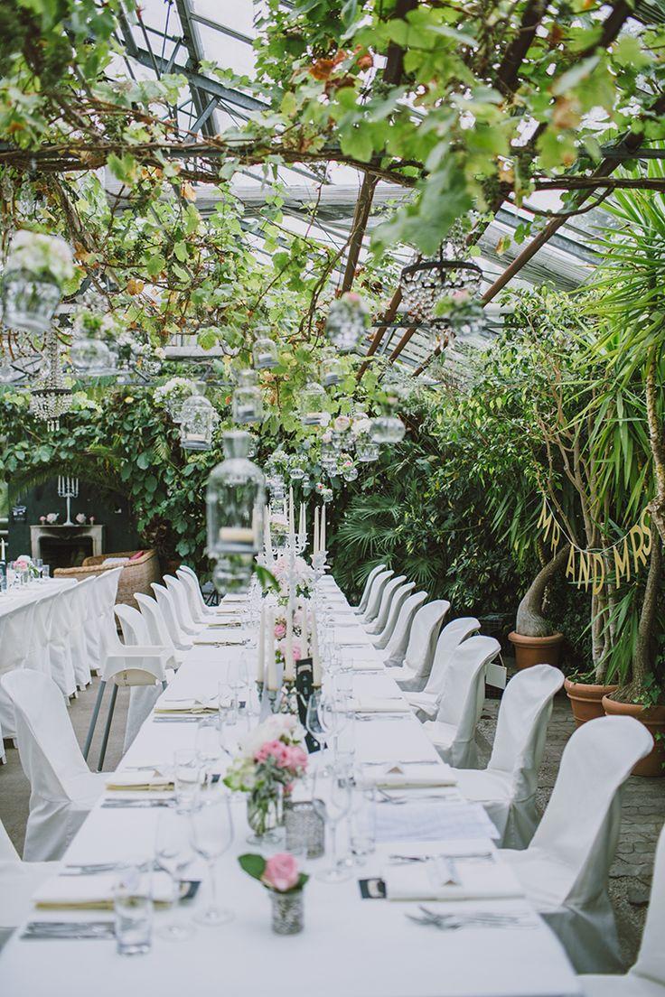 Hochzeit Alte Gärtnerei München | Friedatheres.com white wedding Fotos: Sabrina Schindzielorz Brautkleid: Kaviar Gauche Location: Die Alte Gärtnerei Brautschuhe: Valentino