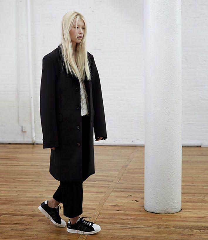 바지는 남자바지를 입은것처럼 루지핏으로 길이는 발목이 보이게! 그리고 이런 스니커즈보다는 키높이 깔창깔은 하이탑 스니커즈.