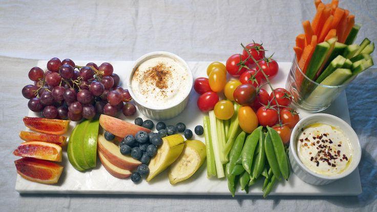 Benk deg foran TV-skjermen med sunn snacks av frukt og grønnsaker med dipp til. Til dippen har jeg brukt kesam som passer ypperlig både til å lage søt og salt dipp av.     Bruk gjerne frukt og grønt som er i sesong. Jeg har brukt blodappelsin, eller rød appelsin som det blir kalt, på dette snacksfatet.     Velg den frukten og de grønnsakene du liker aller best og dypp i vei.
