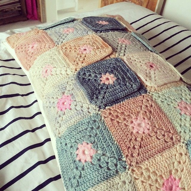 Had dinner plans with some lovely friends for this evening, but instead I'm lie here in bed waiting for a doctors apointment due to a ruptured eardrum 😁 comforting myself with crochet and finishing my pillow 🙏 #crochet #crochetlove #crochetaddict #crochetblanket #crocheteveryday #crochet_instagram #pillow #grannysquare #grannysquares #virka #virkning #mormorsruta #kudde #tipsytessie #yarn #anzula #squishy #koigu